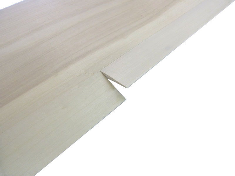 Querruder (Oberseite) fertig ausgeschnitten und mit Elastikflaps anscharniert (MEFISTO)
