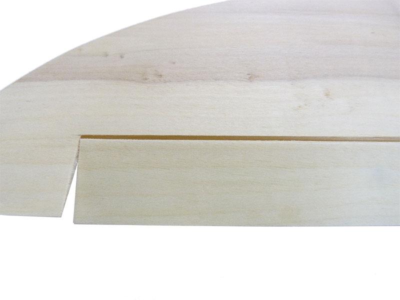 Querruder (Unterseite) fertig ausgeschnitten und mit Elastikflaps anscharniert (MEFISTO)